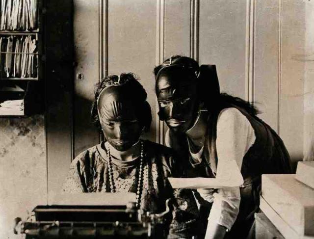резинавая маска от морщин, Салон красоты начала 20 века